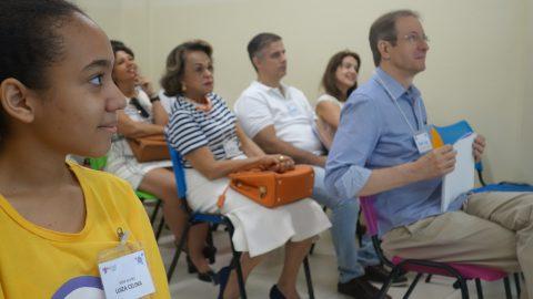 Todos atentos à apresentação do Instituto Ponte!
