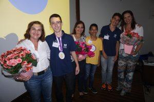 As voluntárias Tânia, Maria Cristina e Vânia também receberam flores em agradecimento a tudo que fazem pelo Instituto.