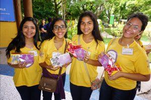 As alunas Isabella, Maria Júlia, Larah e Suellen com suas lembranças de Natal.