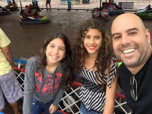 Rogério Salume e sua filha Luana levaram Giovanna ao parque de diversões Play City.